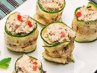 Рулца от тиквички с риба тон от консерва, червени чушки и извара